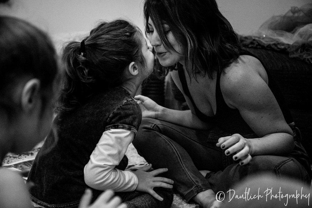 Dautlich_photography_family_lianne_daughter_kiss.jpg
