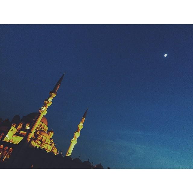 Thousand and one nights #arabiannights #istanbul #turkey #insta #instabest #instagood #instaistanbul #vsco #vscocam #vscobest #vscoistanbul #mosque #moon #yenicami #travel #travelbug #passionpassport #TellOn #mytinyatlas #NeverABoringMoment  (at YENİ CAMİ)