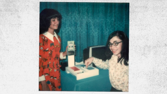 Joyce Weisbecker (right) and her sister, Jean, show off their dad's FRED computer prototype in the mid-1970s. Photo: via David Sarnoff Library