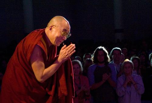 dalai_lama_bowing.jpg
