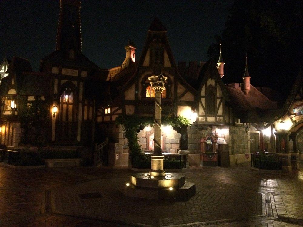 rapunzel statue disneyland fantasy faire fantasyland