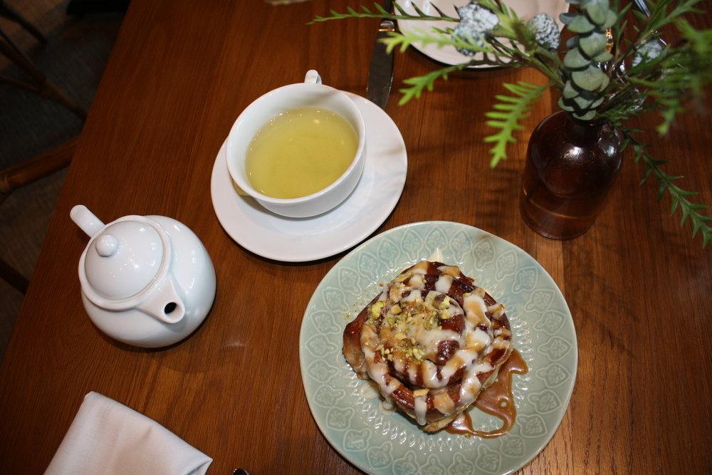 Green tea; Cinnamon roll