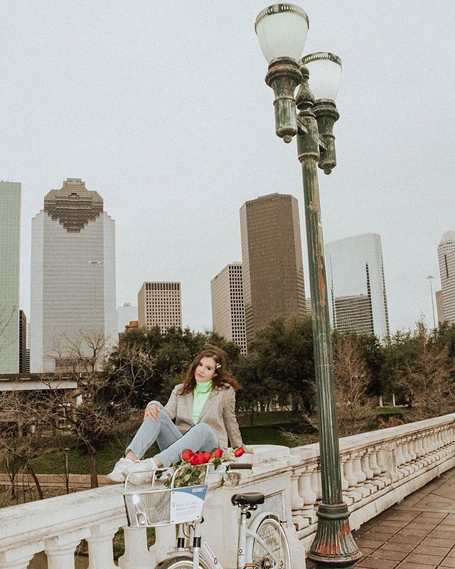 New blog post on my favorite spots to view the skyline❤️🏙 Link in bio for all the details!  #houstonblogger #houstonskyline