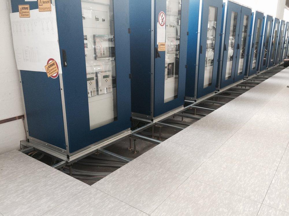 Doppelboden-Schaltwartenboden-Stelzenboden-Schaltschrankrahmen-DOBOTEC.jpg