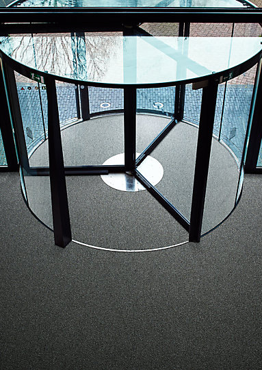 Interface-Barrcicade-two-Sauberlauf-Teppichfliesen-selbstliegend-Verlegungen-Eingangsbereich-2.JPEG