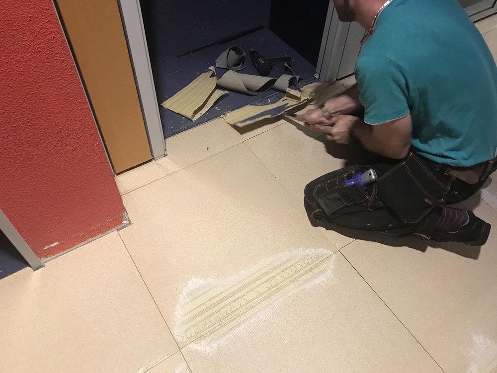 Vorwerk-Teppichfliesen-selbstliegend-Doppelbodensanierung-auf-Doppelboden-verlegen-bei-Lotto-RP-in-Koblenz.jpg.jpg