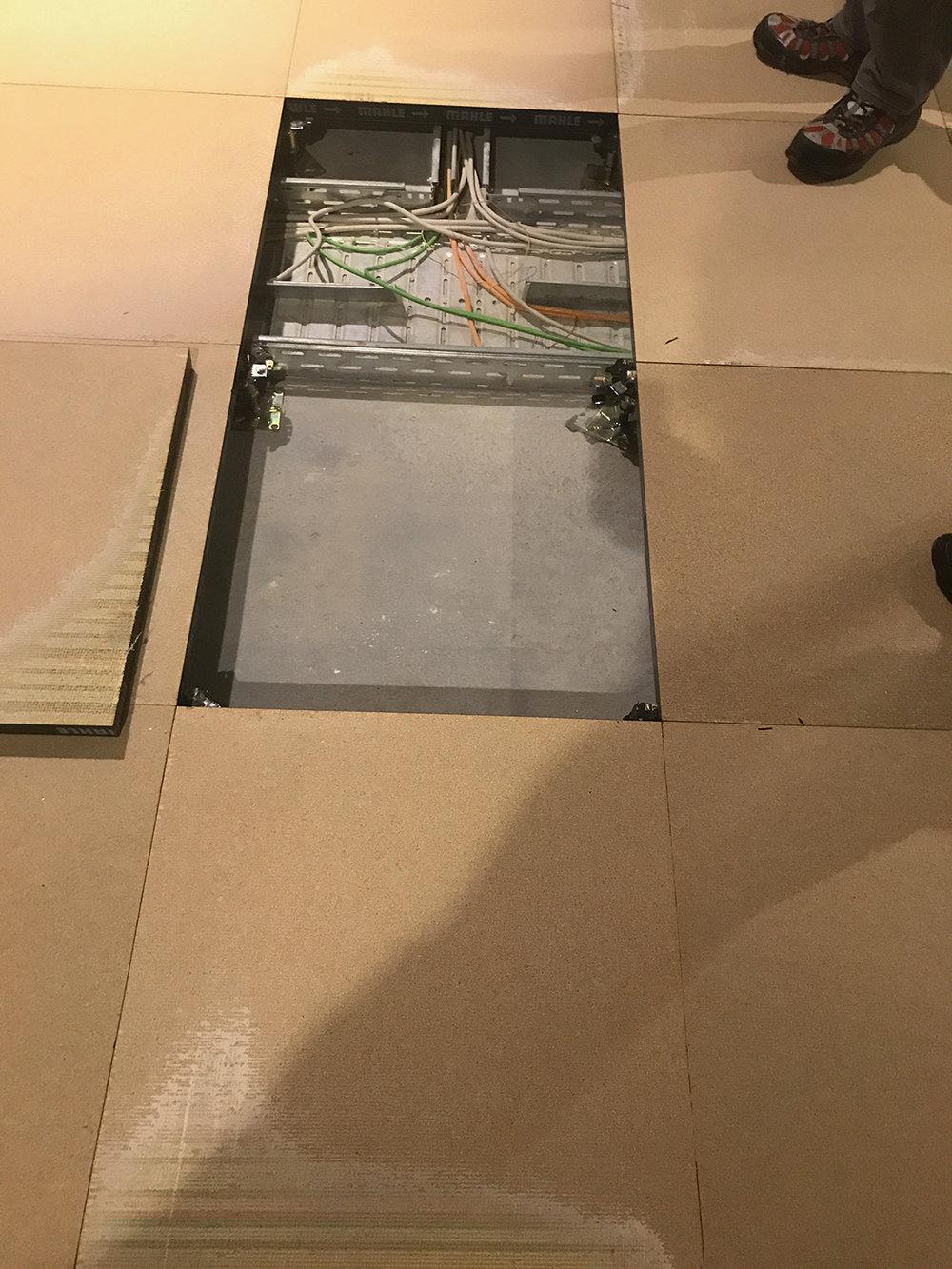 Sanierung-Doppelboden-SL-Fliesen-Vorwerk-Varia-Bedruckt-OVERNIGHT-DOBO-schälen-Teppichfliesen-verlegen-Koblenz.jpg