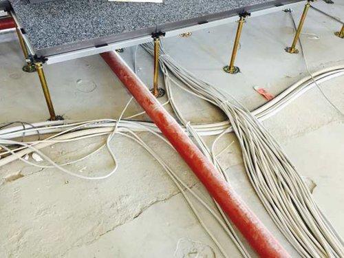 Unter dem Doppelboden werden Wasserleitungen und Kabel verlegt. Derb ganze Doppelboden wird belüftet.