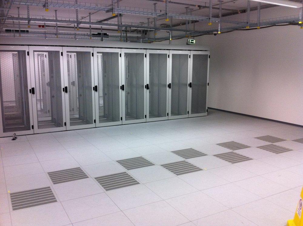 DOBOTEC-Doppelboden-Rechenzentrum-Server-Schaltwartenboden-Leitfähig.JPG