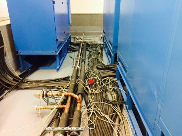 Hier wird ein Schaltwartenboden von DOBOTEC montiert und macht so die Klimazentrale begehbar.