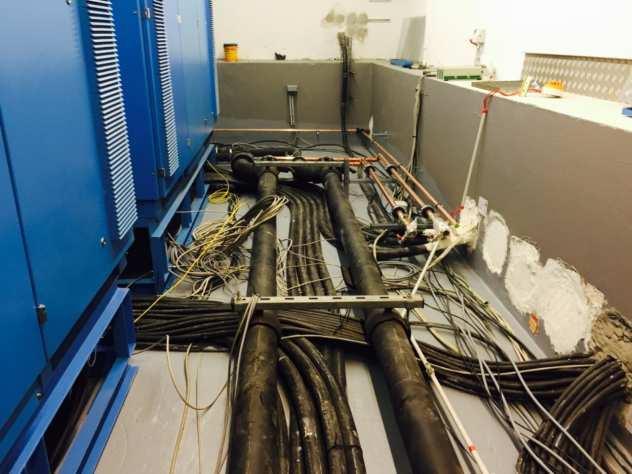 Vor der Montage des Doppelbodens wurde der Boden gestrichen. USV Mittelspannungsanlage
