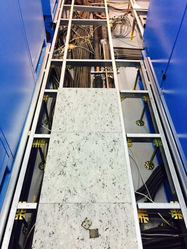 Doppelbodenplatten aus Holz mit PVC Belag DLW Royal LGII montiert auf der Schaltwarten Konstruktion