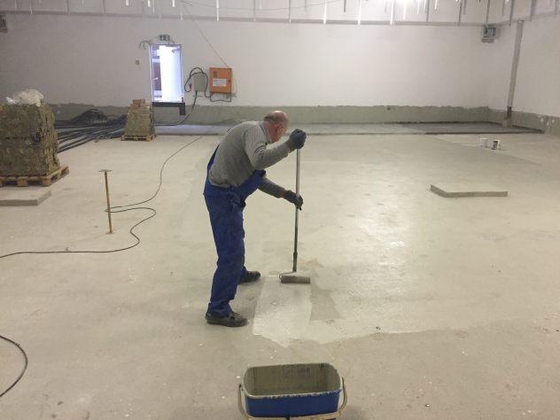 Vor Montage Doppelboden erhält der Rohboden einen Anstrich mit Acryllack