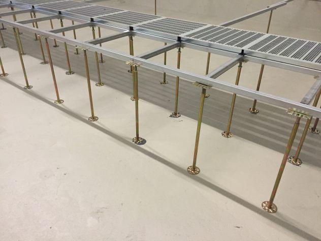 Schaltwarten Doppelboden Unterkonstruktion mit Profilen und aufliegenden Lüftungsplatten aus Stahl verzinkt