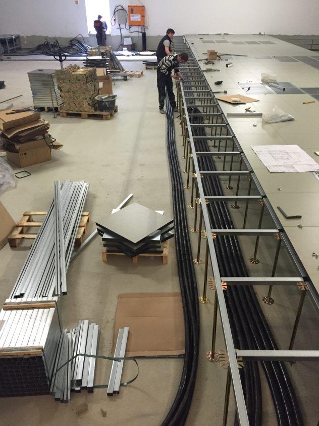 Montage-Doppelboden-Rechenzentrum-Duesseldorf-Schaltwartenkonstruktion-Gipsfaserplatten-DLW-Linoleum-Marmorette-LCH-LPX.jpg