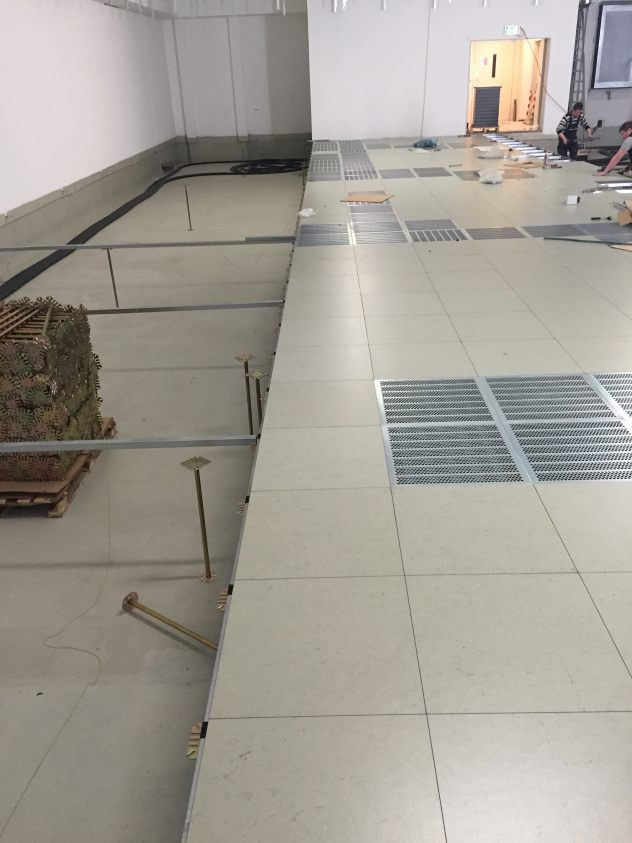 Doppelboden im Rechenzentrum bei Düsseldorf mit Gipsfaserplatten und Belag Marmorette LCH-LPX Leitfähig als Lüftungsplatte