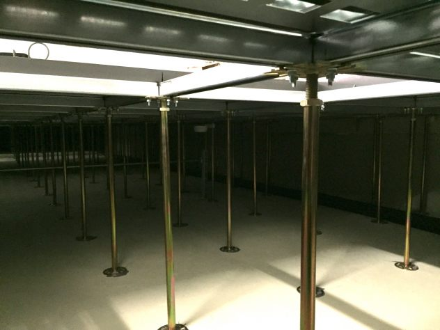 Schaltwarten Unterkonstruktion eines Doppelbodens mit Marmorette-LCH-LPX in einem Rechenzentrum in Düsseldorf