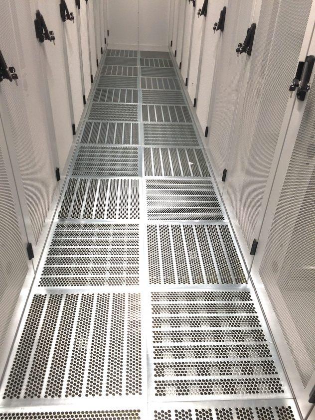 Doppelboden Kaltgang mit Lüftungsplatten aus Stahl verzinkt mit Mengenregulierung verstellbar. Eingebaut in Düsseldorf in einem Rechenzentrum