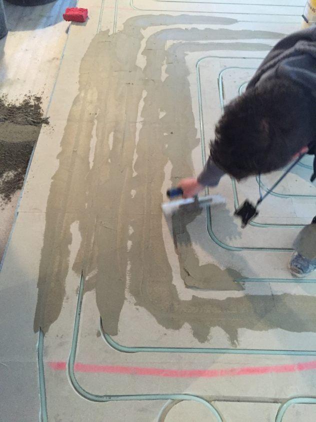 Hohlraumboden-Fußbodenheizung-fräsen--spachteln-Rechenzentrum-Eingang-Fliesen.jpg