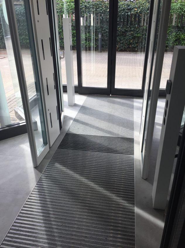 Der fertige Hohlraumboden mit Sauberlaufzone und keramischen Fliesen