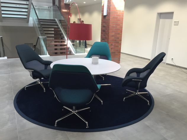 Dieser Besprechungsbereich befindet sich auf dem Hohlraumboden mit Fußbodenheizung von Knauf Integral mit Fliesen