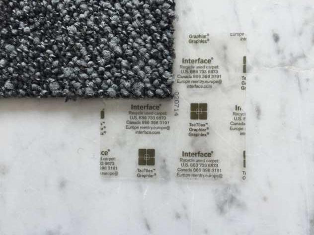 TACTILES von Interface für selbstliegende Teppichfliesen auf Naturstein verlegt