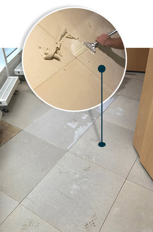 Vorwerk-Varia-selbstliegende-Teppichfliesen-hellblau-Bedruckt-nach-DoppelbodenSanierung-auf-Doppelboden-verlegen.jpg.jpg