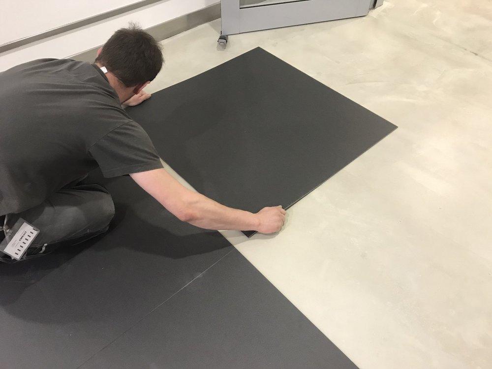 Bodenlag-Designfliesen-Doppelbodenrenovierung-Doppelboden-DOBOTEC-Objectflor-Simplay-selbstliegend-Hewlett-Packard-Verlegung.jpg