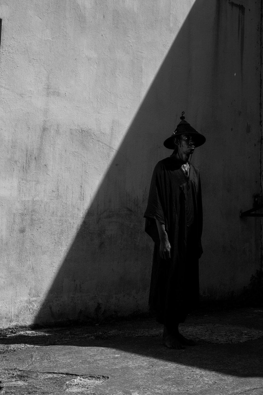 """- Dans le cadre du Parcours Saint Germain 2017 « Fragments d'un voyage immobile » Marie Mercié passe à l'heure africaine et propose """"TIGANDE ou Qui n'aime pas les chapeaux n'a jamais vécu sous un soleil tapant"""", une exploration du couvre chefs par l'artiste Jay One Ramier.Marie Mercié a souvent travaillé les coiffes africaines, mais à l'occasion de ce Parcours Saint Germain, elle laisse Jay One Ramier, l'interpréter à sa guise. Une collaboration-conjugaison qui valorise savoir- faire et usage traditionnel tout en l'inscrivant dans un urbain très contemporain.La première fois que Jay One Ramier voit un chapeau, c'est aux Antilles, lorsque son père le met en partant tôt le matin, pour s'occuper des animaux, comme le font beaucoup de guadeloupéens ayant vaches et taureaux comme seul capital. En réalité tout homme et toute femme travaillant dans les champs portent le chapeau. Les coupeurs de cannes à sucre, les pécheurs, les fonctionnaires, aussi, même si à des fins plus esthétiques pour ces derniers. Le chapeau est donc un des accessoires pas si accessoire et parfois aussi une mode incontournable a laquelle n'a jamais échappée l'attention de Jay One devenu avec le temps grand amateur de chapeaux.Plus tard, lors d'un voyage au Sénégal, il découvre le TINGANDÉ chapeau qu'arborent les bergers foulas ou peuls du Sahel. Afin de le porter, il lui donne un aspect plus urbain et l'adapte.C'est avec la même énergie que Jay One Ramier ce lance dans cette aventure.Jay One Ramier a pour démarche artistique de construire, à travers des expressions protéiformes, un récit inspiré par la diversité de la diaspora panafricaine - de la côte ouest-africaine au continent américain - avec pour ligne de fuite un nouveau système universel des représentations. Son travail catalyse l'iconographie de la lutte et de la résistance de la culture populaire des peuples « Africains » de par le monde.Sous le nom de Jay One, Ramier est également un acteur incontournable de l'art urbain et graffiti artis"""