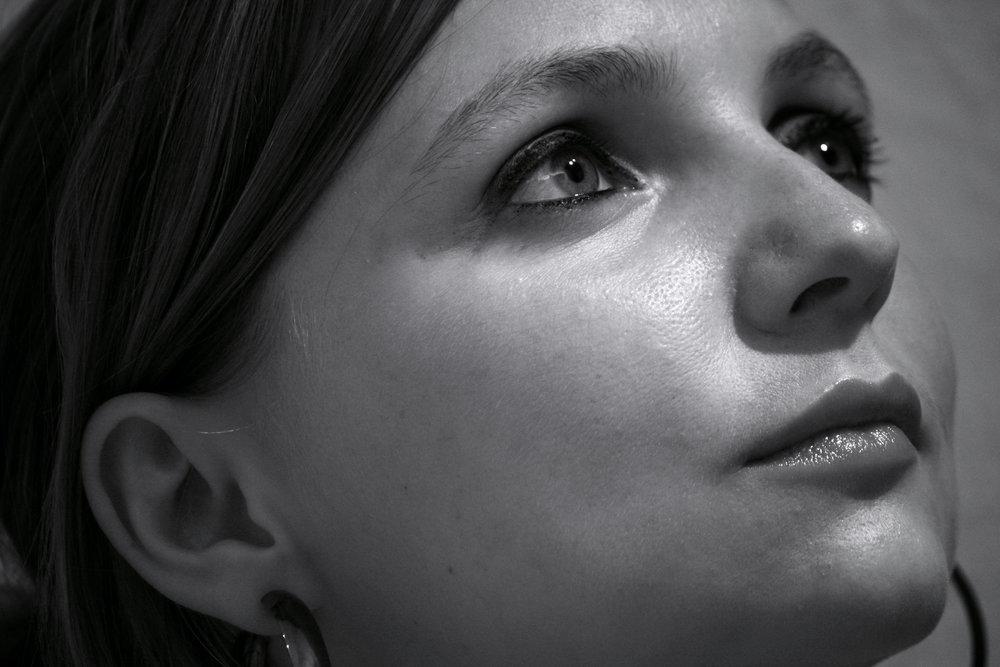 """Cindy Weinhold - Cindy Weinhold, in Reichenbach/Vogtland geboren, studierte zunächst Germanistik, Schulmusik sowie Philosophie in Dresden bevor sie das Jazzgesangsstudium an der Musikhochschule """"FRANZ LISZT"""" in Weimar absolvierte. Während ihrer Studienzeit erhielt sie für ihre Tätigkeiten neben dem Deutschlandstipendium ebenso den """"Franz- Liszt-Preis"""". Neben ihren Musikprojekten wirkt sie seit 2012 sowohl in Schauspiel als auch in Regie bei zahlreichen Theaterinszenierungen mit. Mit ihren Musik- und Bandprojekten war Cindy Weinhold bereits europaweit auf Konzertbühnen, Festivals und in Clubs unterwegs, wie beispielsweise mit """"korgy &bass"""" auf dem SonneMondSterne, einem der größten europäischen Festivals für elektronische Musik, der EXPO Mailand oder mit """"flamink"""" auf den Leverkusener Jazztagen."""