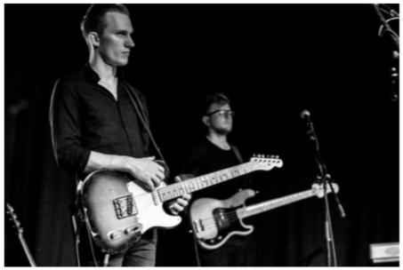Jan Listing - Jan Listing ist ein Multiinstrumentalist, Songwriter und Produzent aus Berlin. Er ist studierter Sänger und Songwriter und spielt Gitarre, Bass, Schlagzeug und Keyboard. Nach seinem Studium an der Popakademie Baden-Württemberg ging er für verschiedene Künstler als Gitarrist auf Tour. Aktuell spielt er live bei Culcha Candela, Benne und Elaiza. Außerdem stand er schon mit Max Giesinger, Mike Singer,Michael Schulte und Madeline Juno auf der Bühne.Zahlreiche Tourneen führten ihn durch Deutschland, Österreich und die Schweiz. Außerdem spielte er im Vorprogramm von z.B. Adel Tawil, Revolverheld oder Glasperlenspiel. Er ist auch als Produzent und Songwriter tätig. So komponierte er einige Songs mit und für u.a. Madeline Juno, Alle Farben, Maschine, Benne und Elaiza.Seit 2014 ist er als Songwriter bei Melodie der Welt / TMB Publishing unter Vertrag.