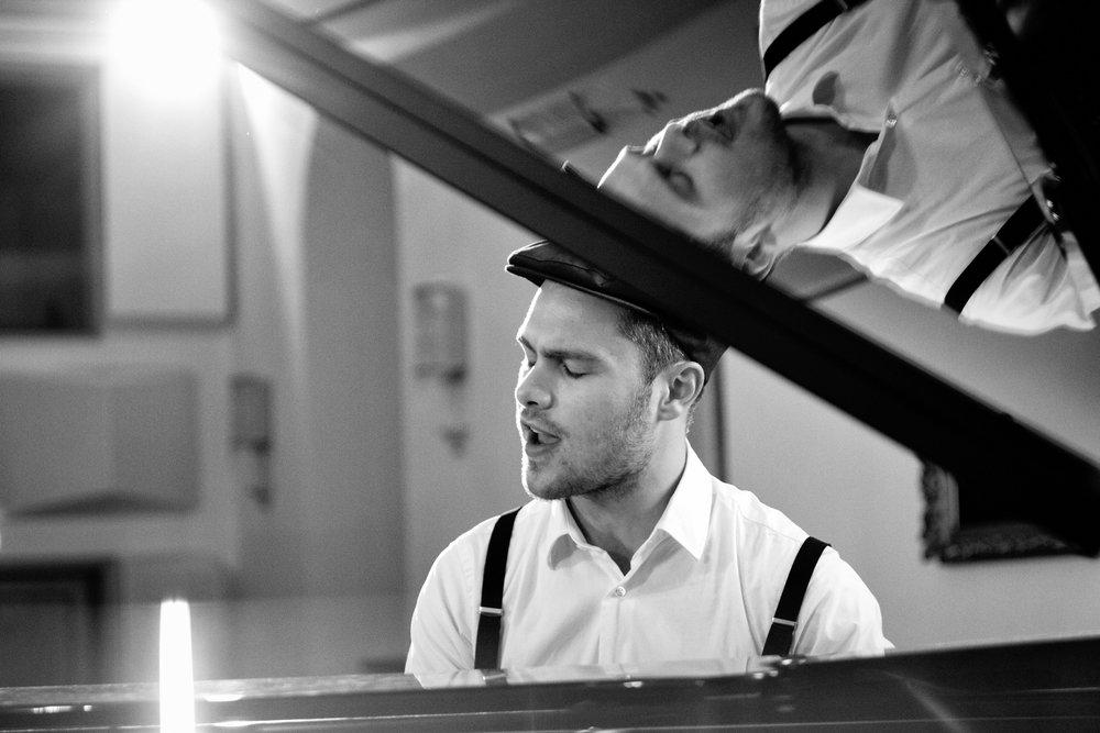 Stefan Rauschelbach - Stefan Rauschelbach studierte Schulmusik und Musiktheorie in Weimar. Er ist Dozent für Schulpraktisches Klavierspiel und Musiktheorie an der Universität Erfurt und an der Musikhochschule Weimar. 2014 gewann er den 1. Preis beim Bundeswettbewerb für Schulpraktisches Klavierspiel