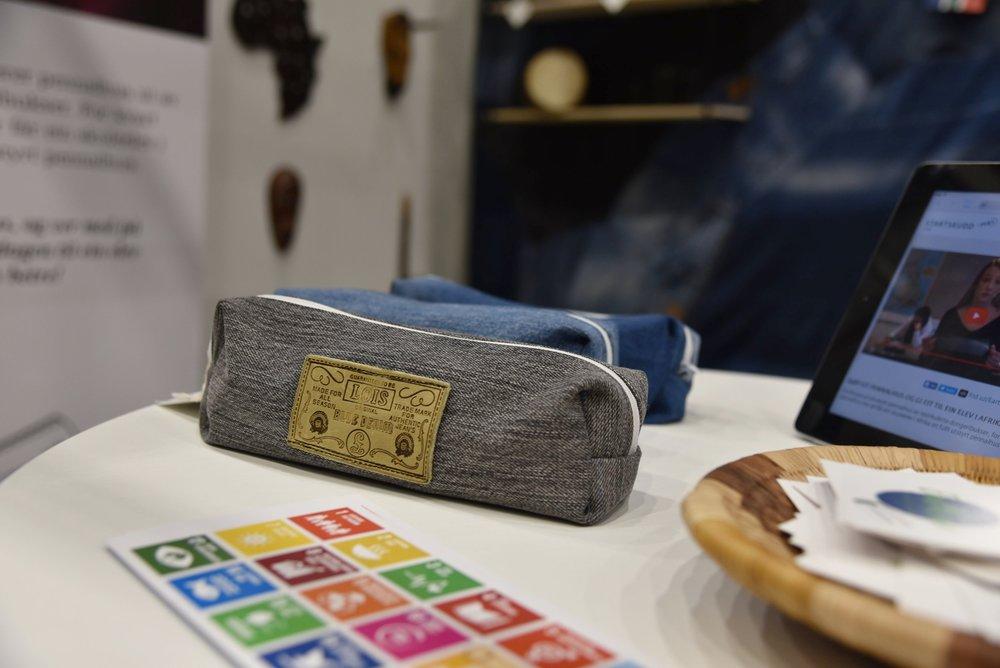 Ved å ta i bruk stoff som ellers ville blitt kastet, bidrar EarthCase til å gjøre klesindustrien litt grønnere.