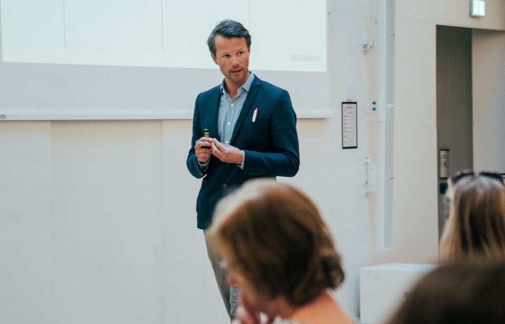 Øyvind Bendz Strøm er foredragsholder for bedrift og investering i Storebrand. Foto: Jonas Lisether / NewsLab