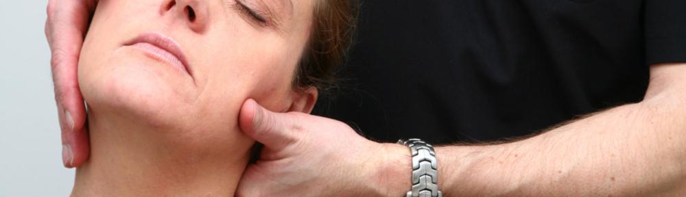 """Hovedpine og migræne - Hovedpine kan have mange årsager. Den kommer i mange afskygninger fra let, irriterende spænding i baghovedet over dunkende spændingshovedpine, trykkende nakkehovedpine til migræne. Frekvensen er også meget forskellig, fra hovedpine ved menses og ægløsning for kvinder, til flere gange om ugen og hos nogen næsten daglig, kronisk hovedpine. Følgesymptomerne er også varierede fra """"kun"""" smerter til træthed, kvalme, opkast og synsforstyrrelser."""