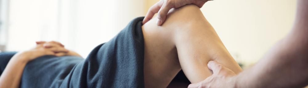 Smerter i ben og arme - Der er flere årsager til, at smerter i ben og arme bliver behandlet under et. Dels har klinikkens behandlere særlig ekspertise indenfor behandlingen af netop dette område, dels påvirker funktionen i tilsvarende led i arm og ben (f.eks. albue/knæ) hinanden, og dels påvirker leddene i den enkelte ekstremitet i arme og ben i stor udstrækning hinanden (f.eks. fod/hofte) Disse skader kan naturligvis opstå i almindelig daglig brug, men idrætsudfoldelse er en meget hyppig årsag