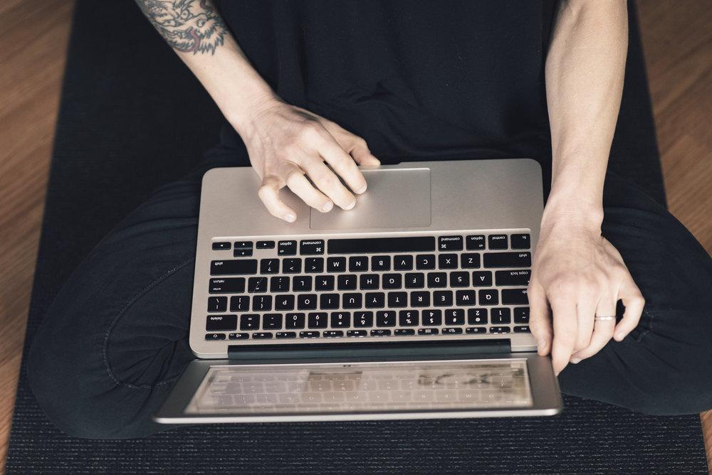 alchemist-eating-Dana-Leigh-Lyons-digital-nomad-laptop.jpg