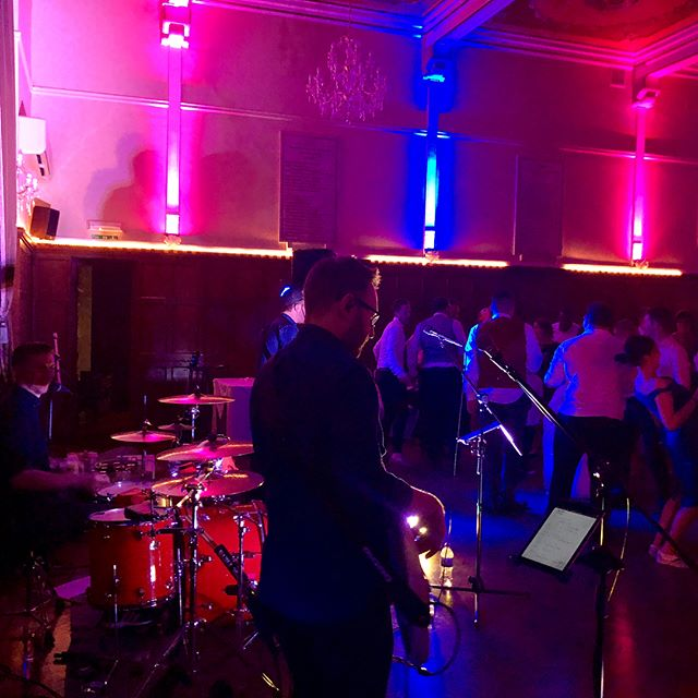 Massive congrats to Steve and Louise! Such a fun night 🎶🎸👰🏻🤵🏻 • • • • @mattcoello @rickyplaysbass @katdadswell @steffanjamesmusic @staugustines125  #wedding #weddingday #brideandgroom #dancefloor #mrandmrs #livemusic #weddingband #steveandlouise #staugustines #liveband #singer #crowd #audience #dancing #musicians #bandmates #lights #uplighting #chandelier #grandeur #weddingvenue