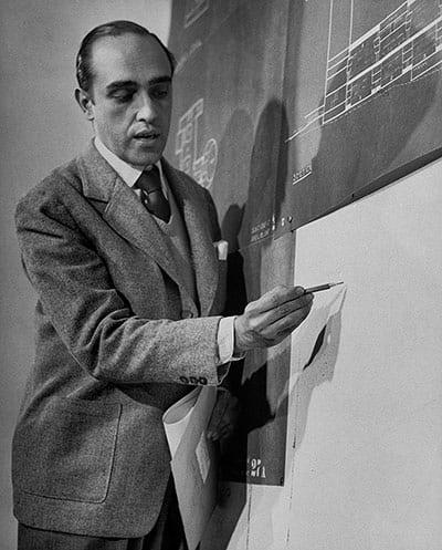 Niemeyer-discussing-the-d-009.jpg