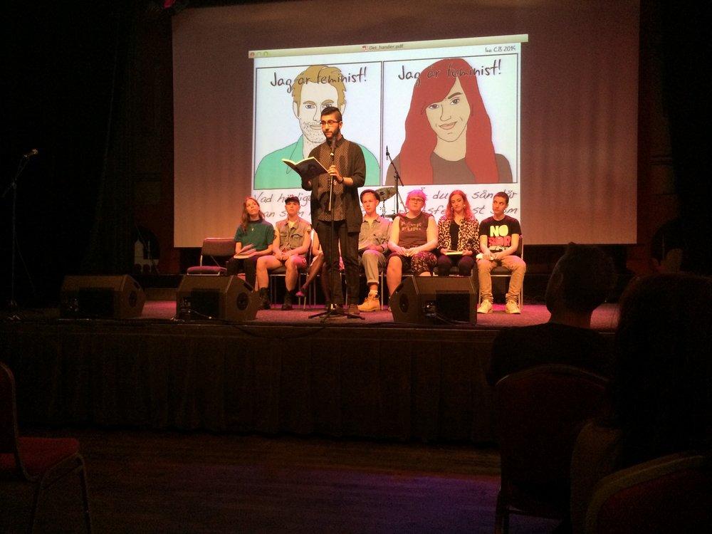 Kevin Shakir läser sitt bidrag till Det händer nu på boksläppet
