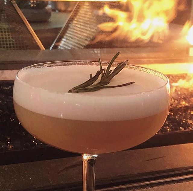 Cozy cocktails 🔥 #ParkerAtTheFontaine 📷 @adiazhang