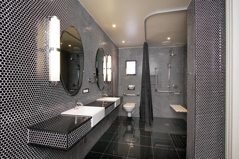 hotel-debrett-accessible-suite-bathroom.jpg