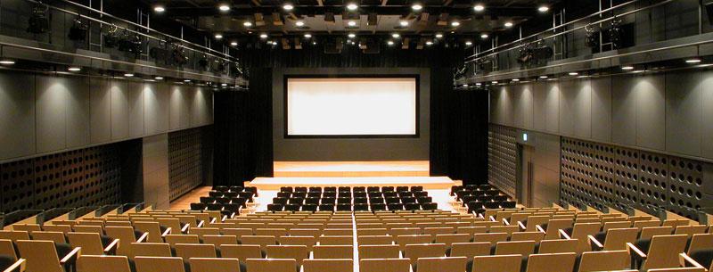 MARUBIRU 丸ビル・東京 - 丸ビル内にある東京駅と直結したホールと会議室の施設で開催されます。7階のホールは、音響・照明・映像設備を備えた最大約400名収容の多目的ホール、8階の大小6室の会議室を活用して、Regtechについて理解を深めます。