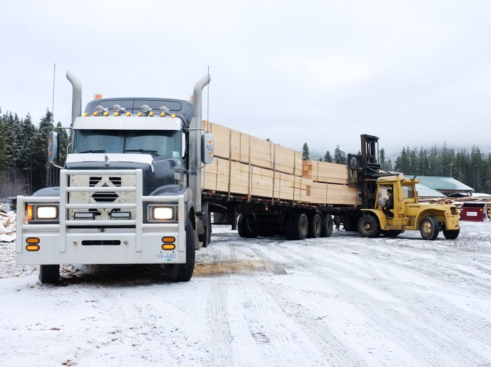 loading-Western-Hemlock-32ft-8x8-timbers-by-JCI-Touchwood-Sawmills.jpg