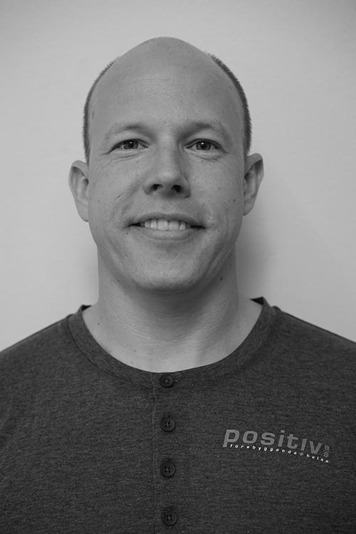 Petter A Larsen - Utdannet massasjeterapeut fra Axelsons Body Work School i 2010. Jobber til daglig på Olympiatoppen og ute i bedrifter for Positiv Forebyggende Helse AS.