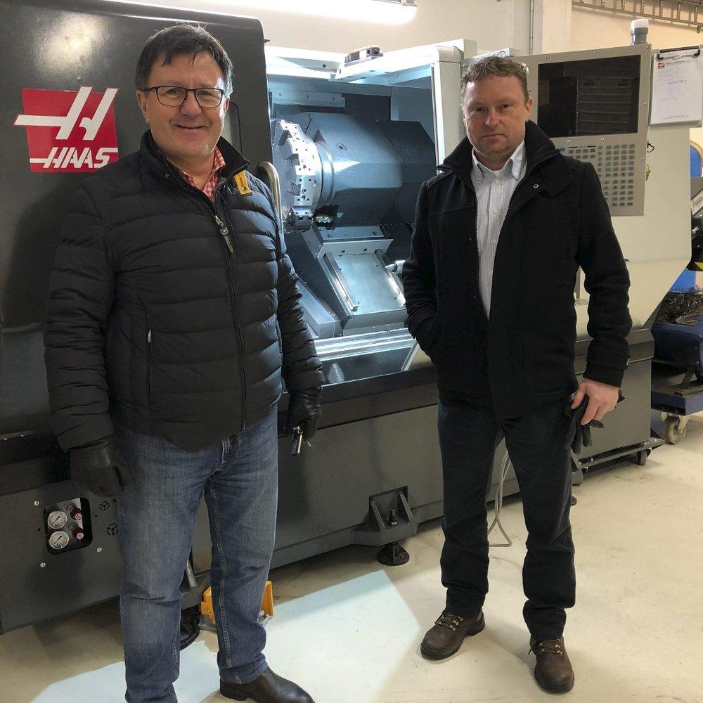 Utvider stadig: Otechos-leder Toir Arne Hauge og operasjonssjef Frode Larsen med den nye dreiemaskinen som nylig kom på plass i Fjærkleivene. Foto: Olav Loftesnes