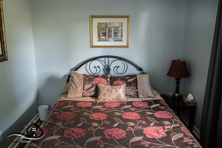 Where_To_To_Stay_In_Niagara_Falls_Queen_Bedroom.jpg