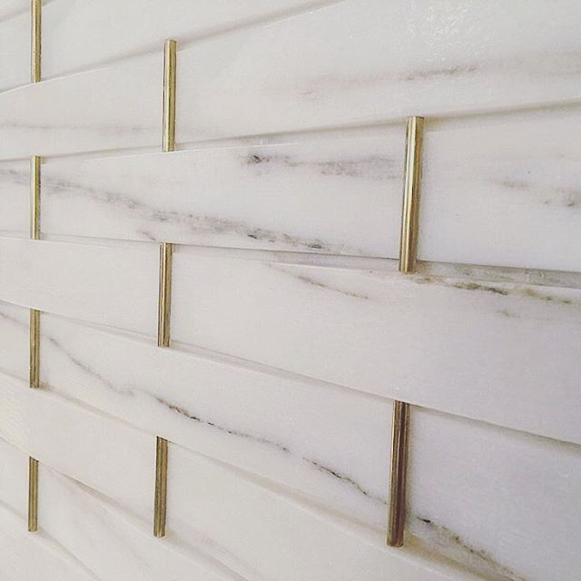 So in love with the gold details on this marble tile... #marblewall #timelessstyle #interiorinspo