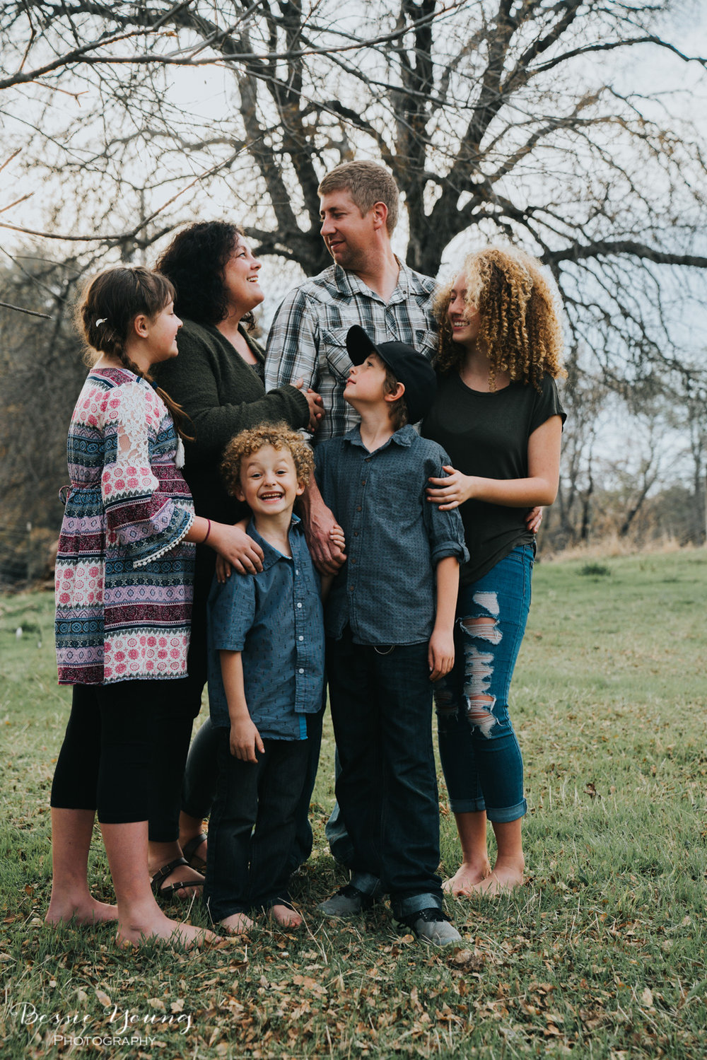 Sonora Family Portraits - Sonora Photographer Bessie Young - Family of 6 posing idea