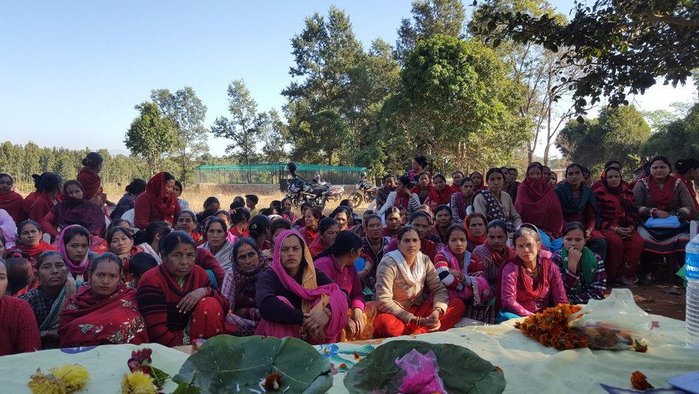 Medlemmar i det sociala kooperativet i Amritpuri i Nepal har samlats